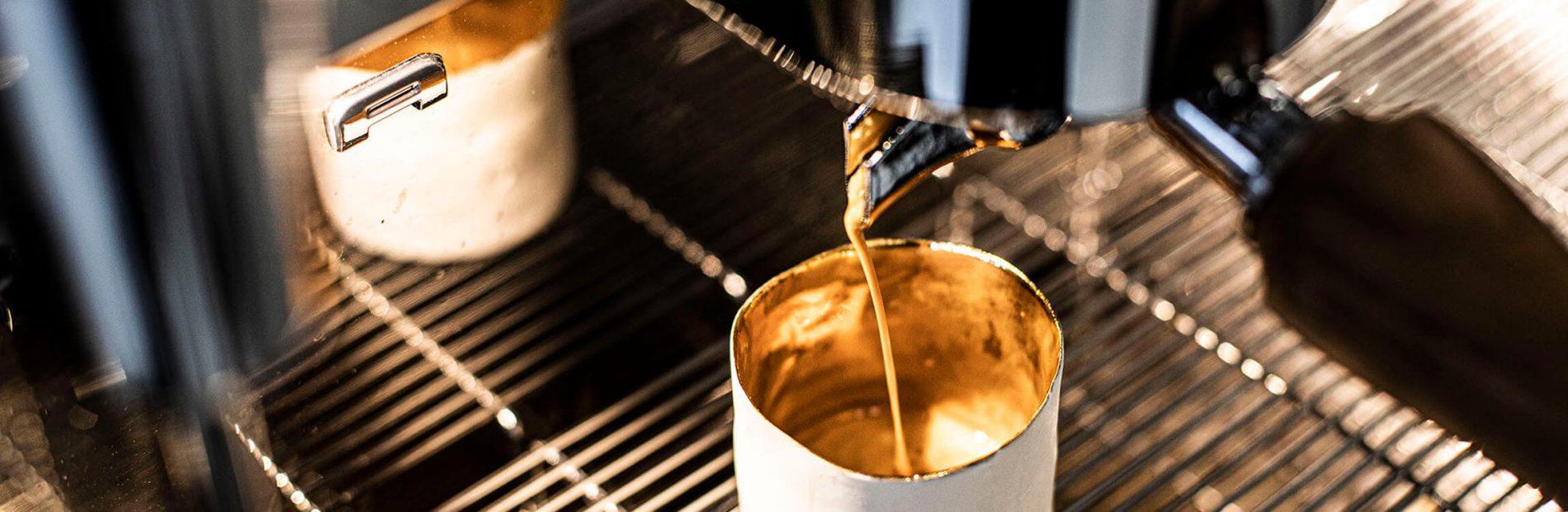 Kaffeegenuss aus der Bronze-Tasse